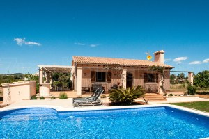 Finca Claudia:  Well-kept Finca with pool, only two kilometers from the sea.